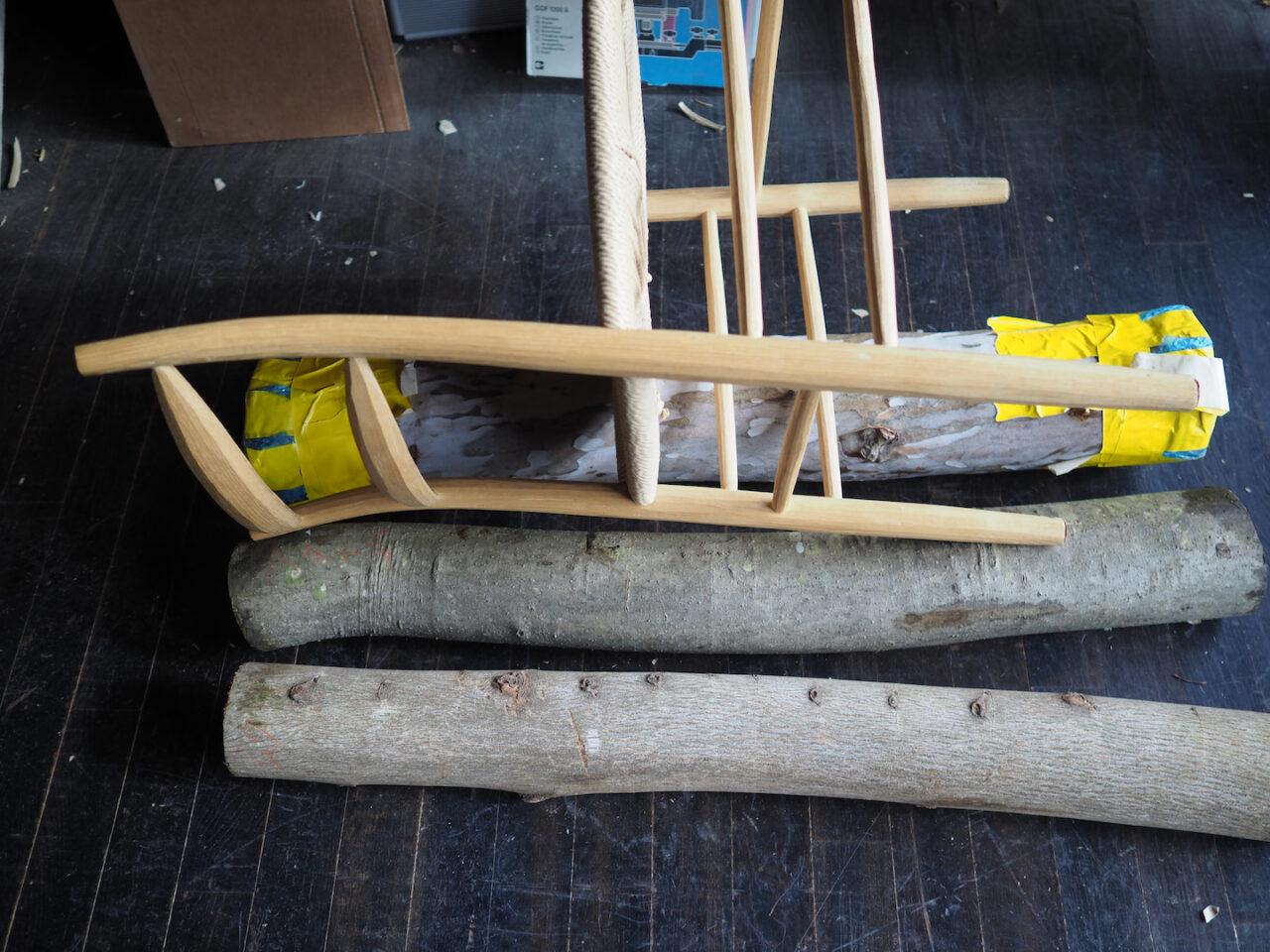 以前作った椅子を丸太に重ねてみる。