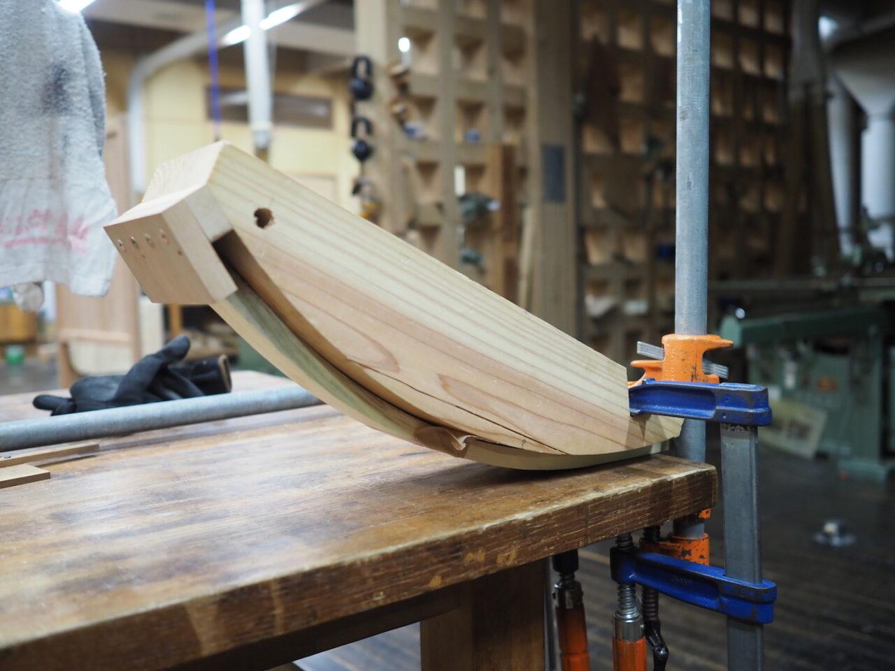 背板を曲げ木加工したところ。