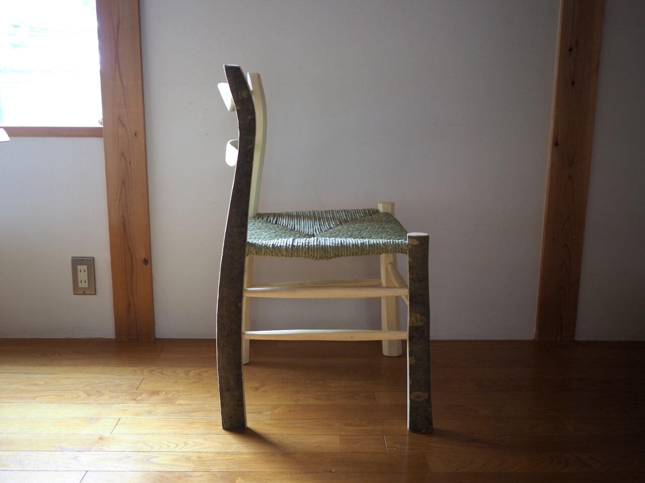 椅子を横から。