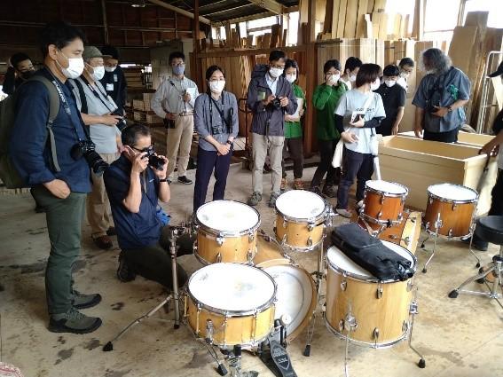 koike drumsに惹きつけられる学生、教員