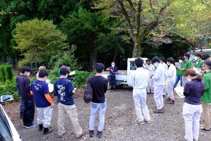 白鳥林木育種事業地で岐阜県の林木育種の歴史について講義を受けている様子